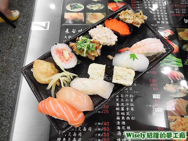 大招牌壽司(鮭魚/旗魚/海鱺/煎蛋/軟絲/大蝦/豆皮/?/?/鮪魚沙拉/蝦卵/干貝唇)
