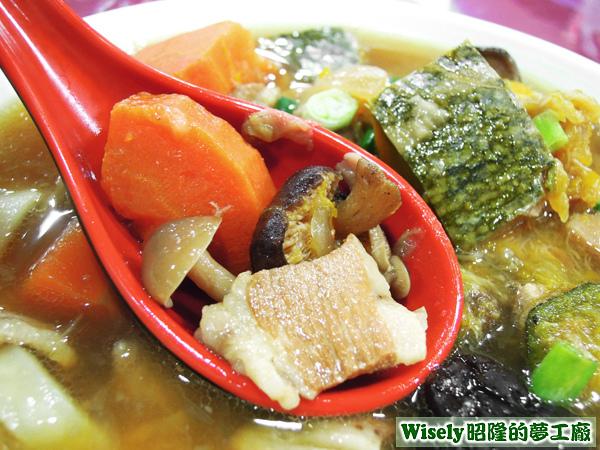 紅蘿蔔、香菇、豬肉片