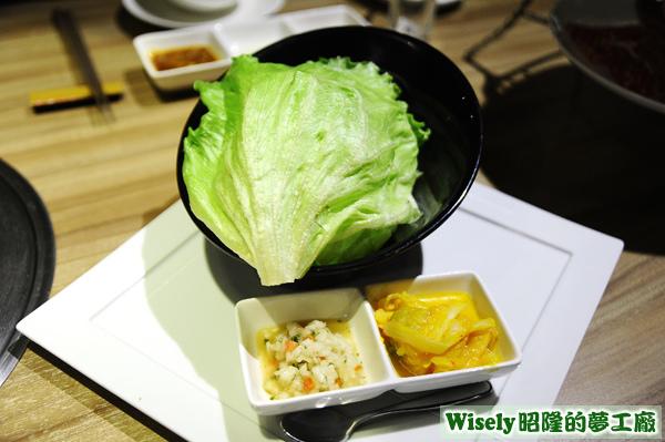 生菜、洋蔥丁、秘製手工黃金泡菜