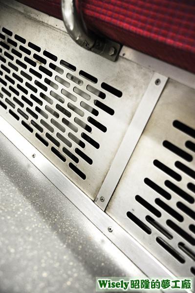 電車座椅地下的暖氣孔