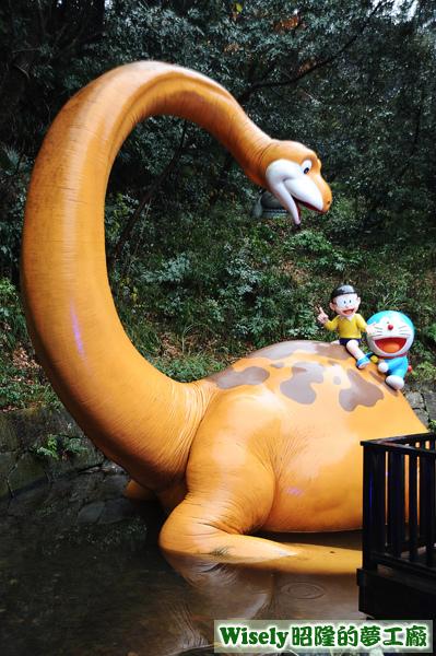 野比大雄和哆啦A夢騎恐龍