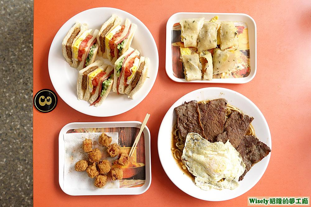 烤總匯、香雞蛋餅、雞球(胡椒粉)、黑胡椒鐵板麵(豬排蛋)