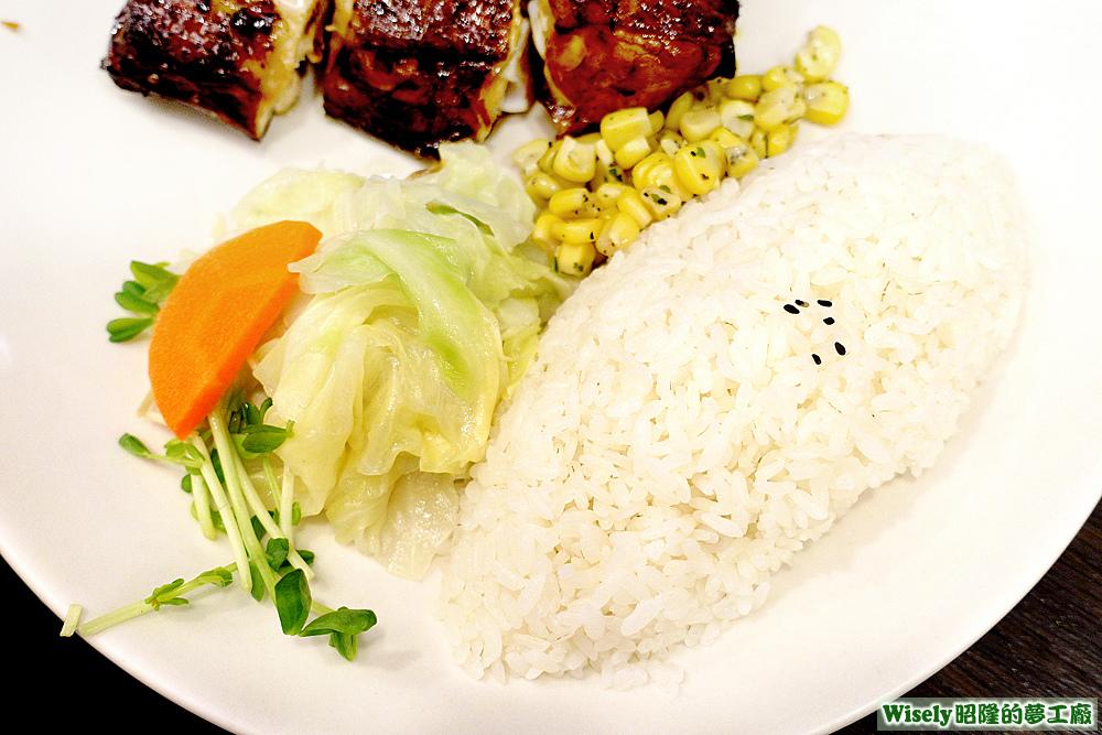 白飯、苜蓿芽、紅蘿蔔、高麗菜、玉米