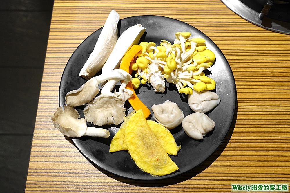 袖珍菇、杏鮑菇、珊瑚菇、蛋餃、魚餃