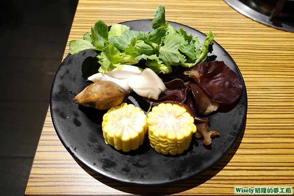 玉米、黑木耳、秀珍菇、青菜