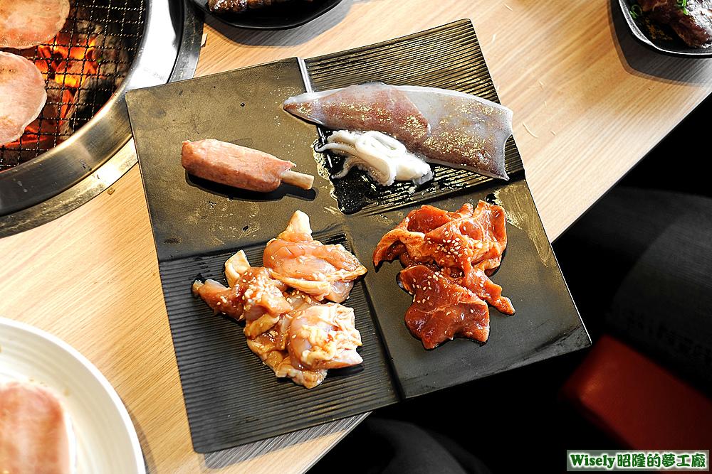 彈牙雞腿肉(醬燒)、韓式燒肉、德式帶骨香腸、深海透抽
