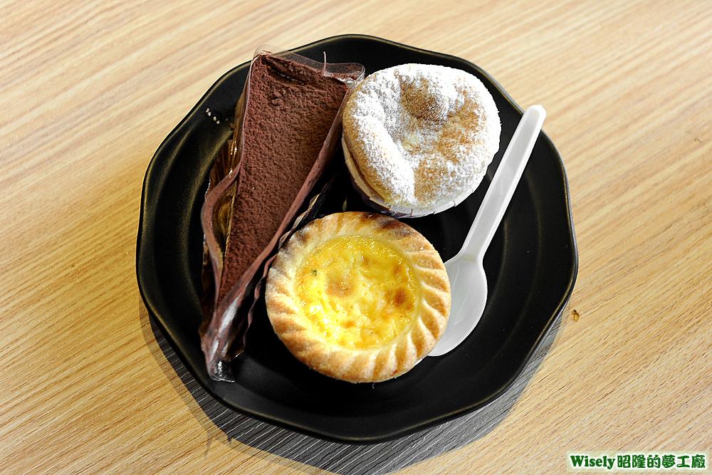 巧克力蛋糕、蛋塔、戚風蛋糕