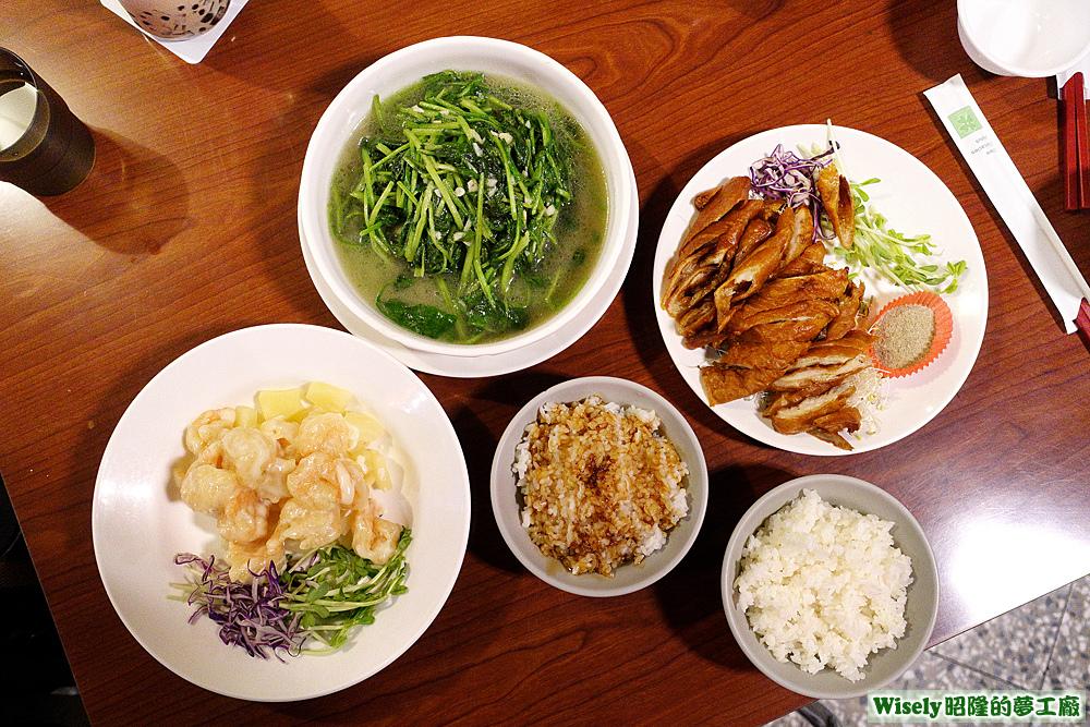 果律明蝦球、當季炒時蔬、豬油拌飯、脆皮炸肥腸、白飯