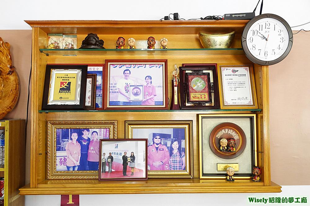 各種獎牌和照片