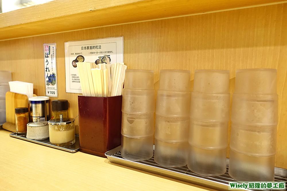 調味料、筷子、杯子