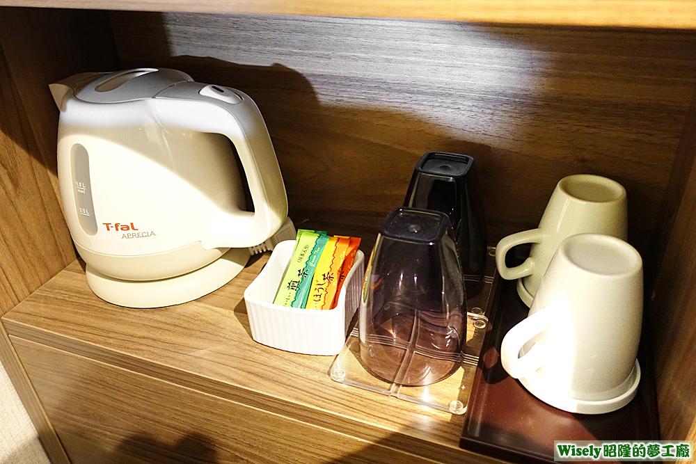 熱水壺、茶包、杯子