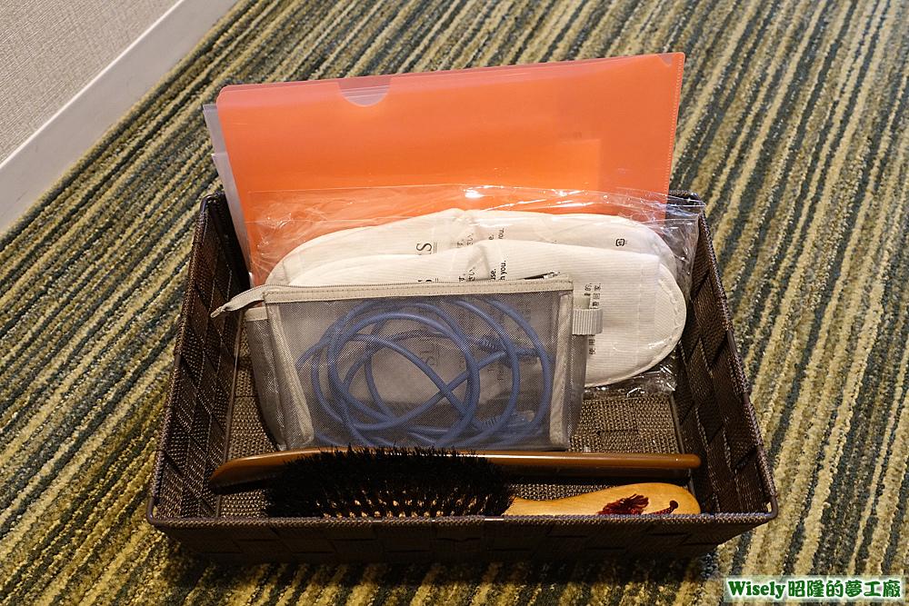 梳子、鞋拔、網路線、紙拖鞋、衣物袋