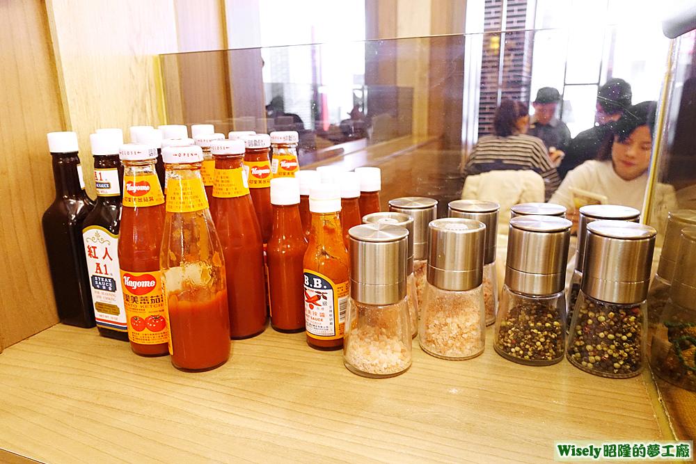 紅人A1牛排醬、可果美蕃茄醬、B.B.美美辣醬、玫瑰鹽、胡椒粒