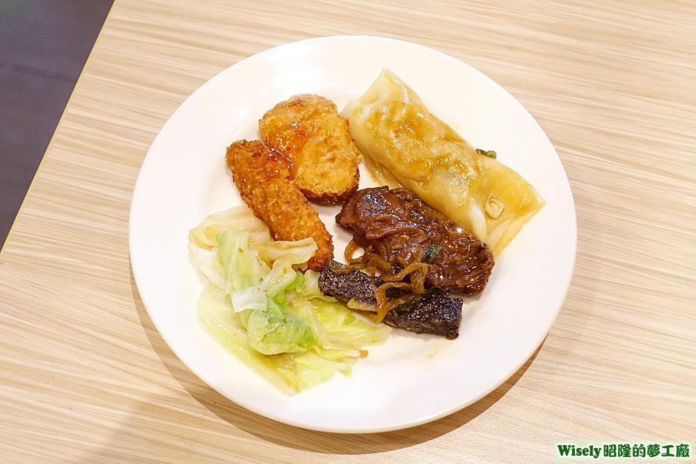 炒高麗菜、炸雞塊、涼粉捲等