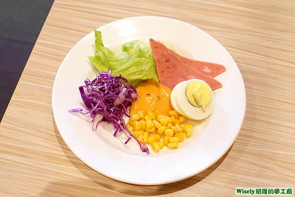 紫高麗菜、玉米粒、萵苣、火腿片、白煮蛋