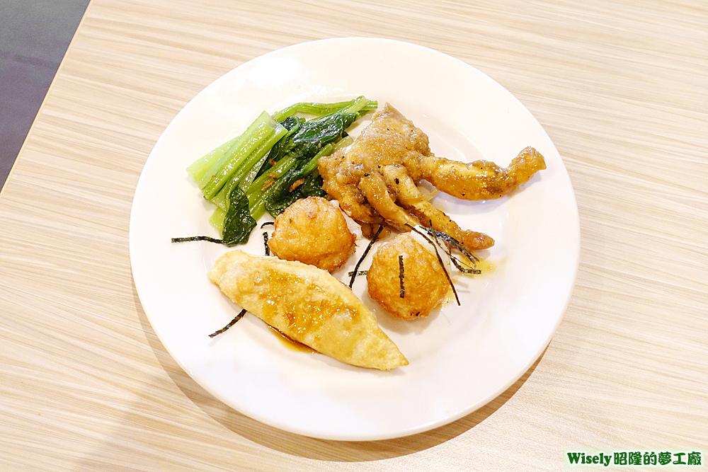 煎餃、花枝丸、螃蟹、炒青菜