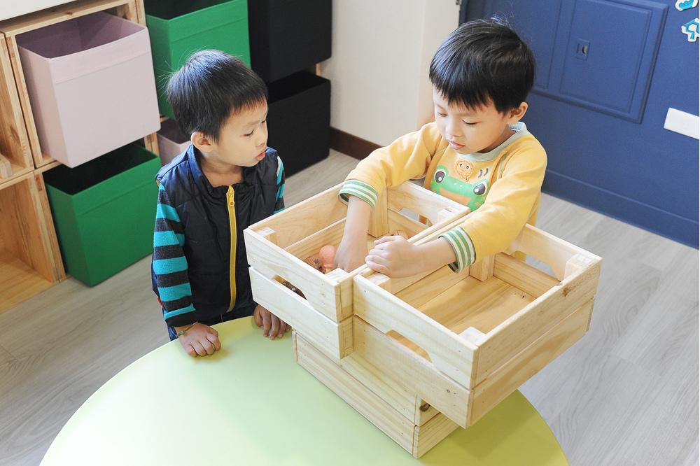 誠誠(右)和其他小孩