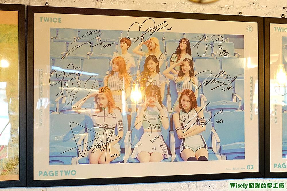 TWICE簽名海報