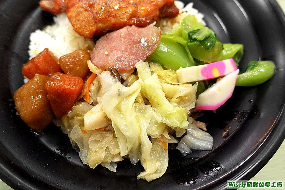 馬鈴薯紅蘿蔔、高麗菜、魚板、青菜