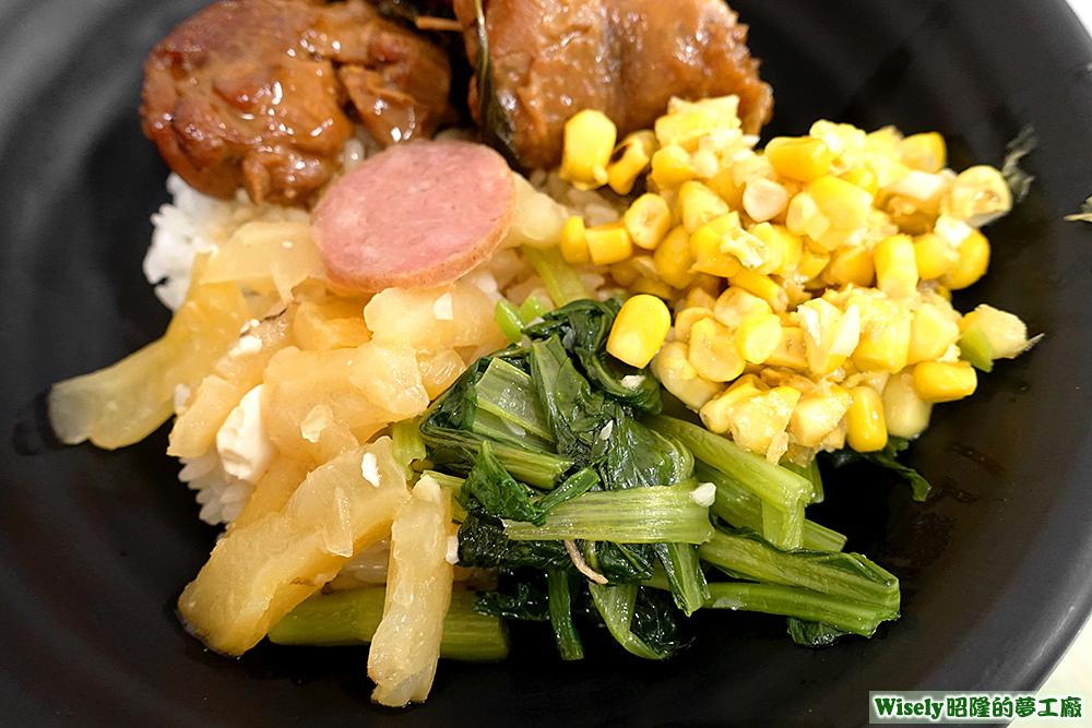 香腸、青菜、玉米等