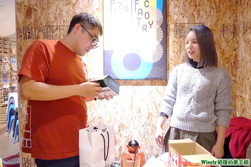 Hikki和捲千交換聖誕禮物