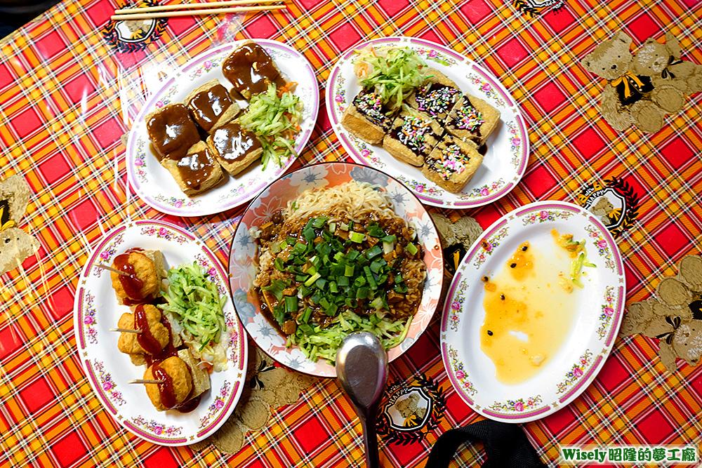 肉燥王子麵臭豆腐、雞塊臭豆腐、麻醬臭豆腐、巧克力臭豆腐、百香果臭豆腐空盤