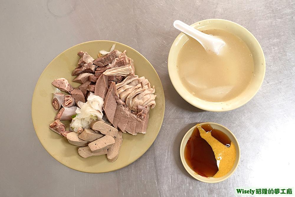 豬肉拼盤(豬肝/豬舌/豬肚/豬肺/豬心/軟管)、蘿蔔湯、沾醬