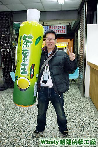阿鑫將茶裏王充氣氣球拿去機車行充飽
