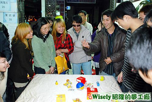 阿峰帶大家玩骰子遊戲