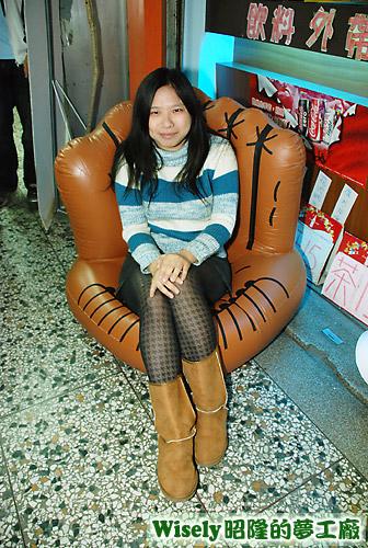 小倫的禮物:棒球手套充氣椅