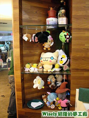 櫃臺旁的玩偶