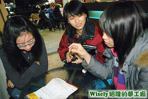 小米、萱妹、關關由研究諾貝爾日式草莓奶凍