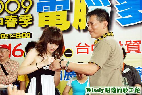 瑤瑤幫大聲公比賽冠軍在筆電上簽名