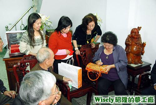 高雄市長陳菊幫阿嵐的媽媽簽名