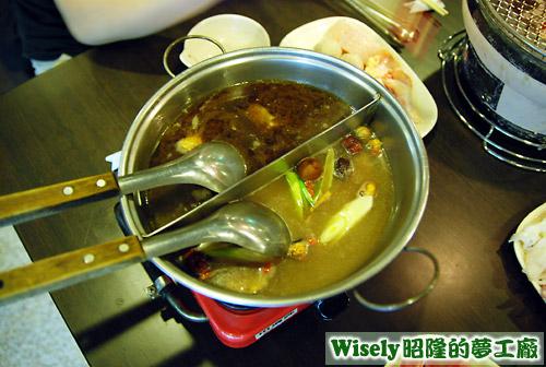 鴛鴦鍋(羊肉爐、蒙古白鍋)