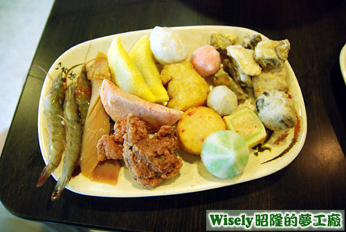 蝦、魷魚、排骨酥、蛋餃、各式丸類