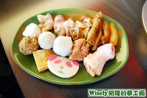 丸子、排骨酥、魚板、大腸、雞腿等