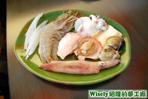 銀魚、蝦子、透抽、花枝、扇貝、鮑魚、蛤蜊等