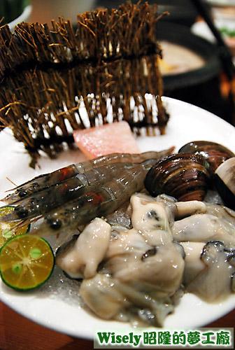 小海鮮鍋的海鮮(牡蠣、蝦子、蛤蜊、鯛魚片)