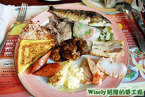香腸、烘蛋、三色蛋、烤香魚等