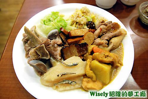排骨、小魚苦瓜、咖哩、豆干、炒飯等