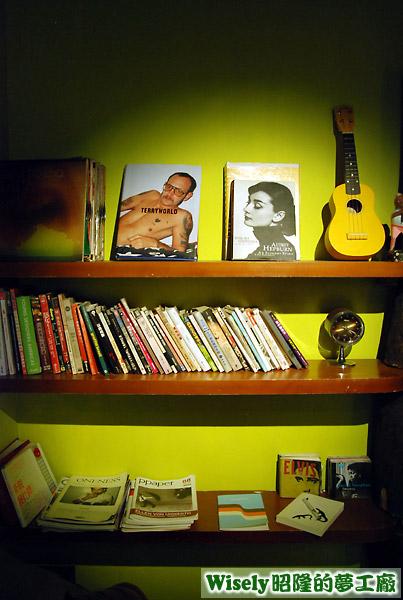 店內書籍和擺飾