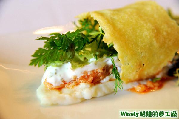 開胃前菜:韃靼鮭魚佐塔塔醬配烤起司薄片
