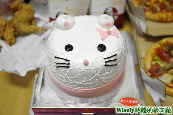 像老鼠的偽Hello Kitty蛋糕