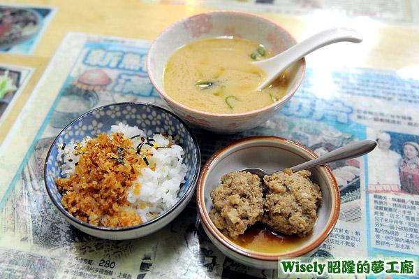 魚鬆飯、肉丸子、味噌湯