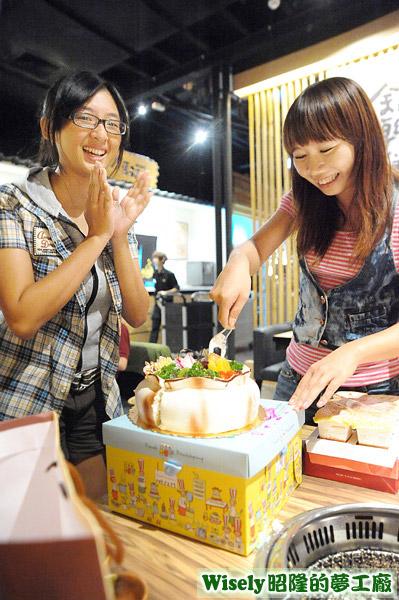 賀小曦切生日蛋糕