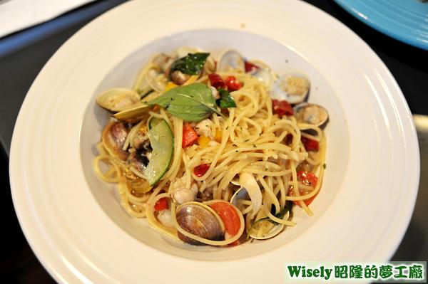 蒜炒白酒羅勒蛤蜊義大利麵