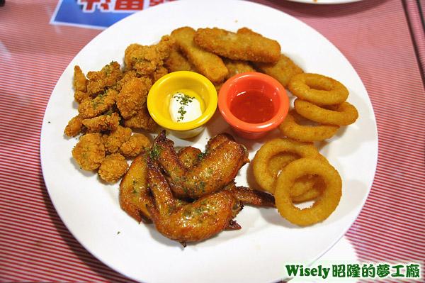 歡樂派對拼盤A:雞米花、烤雞翅、洋蔥圈、鱈魚條