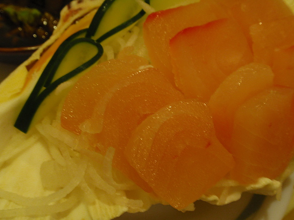 非常漂亮的生魚片(連不吃魚的我都有動口吃了一片)