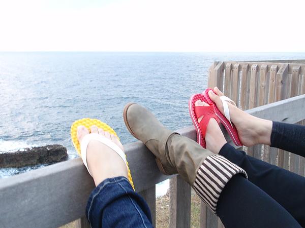 這是一張有玄機的拖鞋照片。